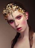 Женщина с стороной золота составляет стоковые изображения