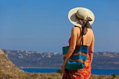 Женщина с сумкой пляжа на море стоковые фотографии rf