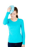 Женщина с сумкой льда для головных болей и мигреней Стоковое Изображение RF