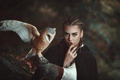 Женщина с сычом амбара на ее руке стоковые фотографии rf