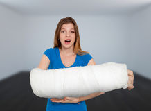 Женщина с сломленной рукой Стоковые Фотографии RF