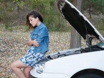 Женщина с сломленным ожиданием автомобиля на дороге Стоковая Фотография