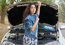 Женщина с сломленным ожиданием автомобиля на дороге Стоковое Изображение RF