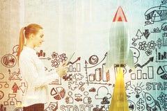 Женщина с таблеткой, startup тонизированная ракета Стоковые Изображения
