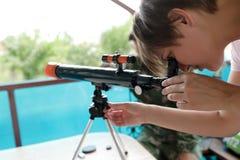 Женщина с телескопом стоковые изображения rf