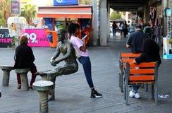 Женщина с телефоном на улице города стоковые фотографии rf