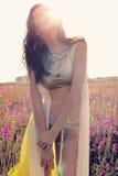 Женщина с темными волосами в элегантном бикини представляя на поле лаванды цветения лета Стоковое Изображение