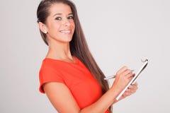 Женщина с тетрадью на белизне Стоковые Изображения RF