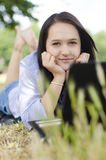 Женщина с тетрадью в природе Стоковое Изображение