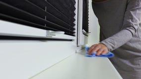 Женщина с тканью очищает пыль сток-видео
