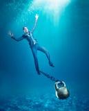 Женщина с тонуть гантели Стоковое Фото