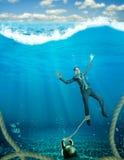 Женщина с тонуть гантели Стоковая Фотография