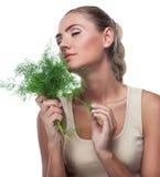 Женщина с травами пачки (укроп) Стоковые Изображения