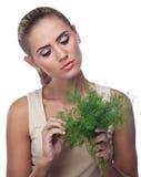Женщина с травами пачки (укроп) Стоковое фото RF