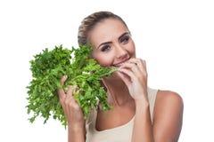 Женщина с травами пачки (salat) Стоковые Фотографии RF