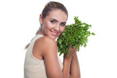 Женщина с травами пачки (salat) Стоковые Изображения