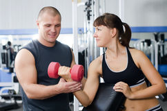 Женщина с тренером в клубе спортов стоковые изображения rf