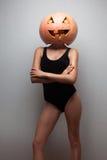Женщина с тыквой хеллоуина Стоковое Изображение