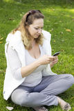 Женщина с умным телефоном outdoors Стоковое Фото
