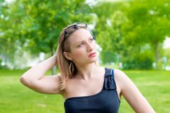 Женщина с усмехаться стекел стоковые фотографии rf