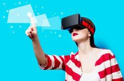 Женщина с устройством виртуальной реальности стоковое изображение