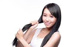 Женщина с уходом за волосами здоровья Стоковая Фотография RF
