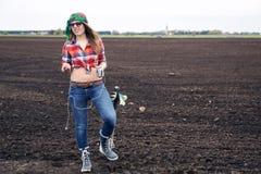 Женщина слушает музыка от ipad на поле Стоковые Изображения RF