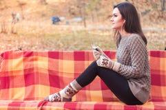 Женщина слушая к музыке на стенде Стоковая Фотография RF