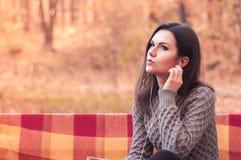 Женщина слушая к музыке на стенде Стоковые Фотографии RF