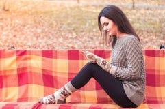 Женщина слушая к музыке на стенде Стоковая Фотография