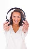 Женщина слушая к музыке с наушниками стоковые изображения rf