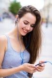 Женщина слушая к музыке outdoors Стоковое фото RF