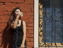 Женщина слушая к msuic и выпивая кофе Стоковая Фотография