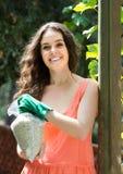 Женщина с удобрением на саде стоковое фото