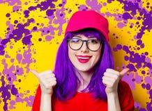 Женщина с фиолетовыми волосами и eyeglasses Стоковая Фотография