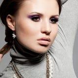 Женщина с фиолетовым выражением лица Стоковое фото RF