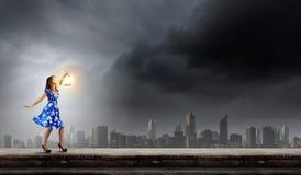 Женщина с фонариком Стоковые Изображения RF