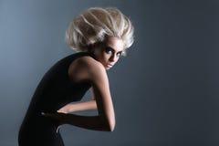 Женщина с футуристическим Hairdo стоковые изображения rf