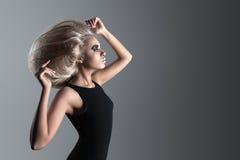 Женщина с футуристическим Hairdo стоковое изображение