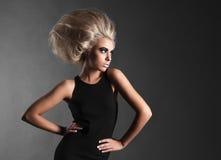 Женщина с футуристическим Hairdo стоковая фотография rf