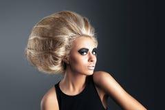 Женщина с футуристическим Hairdo стоковое фото rf