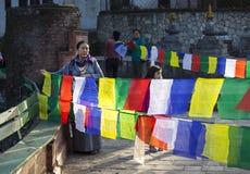 Женщина с флагами Буддой Стоковое Фото