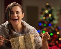 Женщина с хозяйственной сумкой перед рождественской елкой стоковые фотографии rf