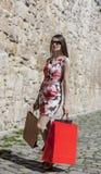 Женщина с хозяйственными сумками в городе Стоковое фото RF