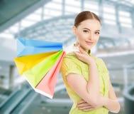 Женщина с хозяйственными сумками в руке Женщина делает приобретения на стоковая фотография rf