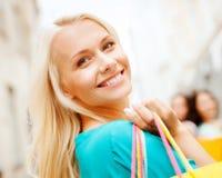 Женщина с хозяйственными сумками в ctiy Стоковое Изображение RF