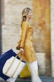 Женщина с хозяйственными сумками идя на улицу Стоковое Изображение RF