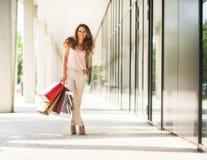 Женщина с хозяйственными сумками на переулке мола Стоковая Фотография RF