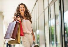Женщина с хозяйственными сумками на переулке мола Стоковые Изображения RF