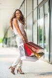 Женщина с хозяйственными сумками на переулке мола Стоковое фото RF
